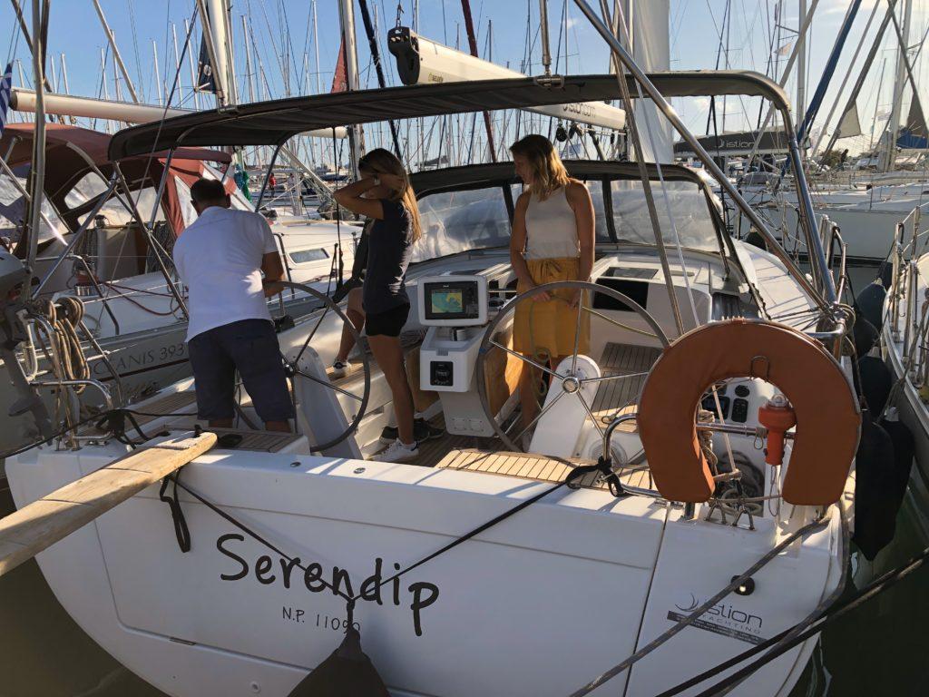 Menschen auf Segelyacht beim Check-In einer Charter-Yacht