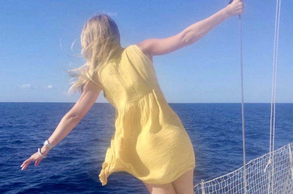 Frau auf Segelboot zeigt Freiheit